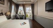 suite room with balcony double bed