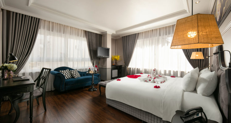 imperial suite room city view king bed