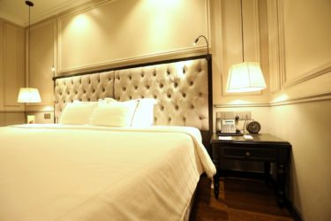 executive room double bed and lamp