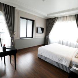 suite balcony room bedroom and working desk