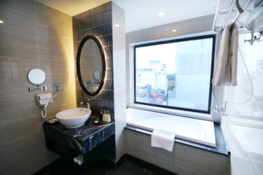 Rooms - Suite Balcony Bathroom (2)